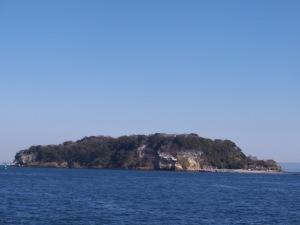 Etwas schräg, da auf der Fähre aufgenommen, sieht man hier die ganze Insel mitten im Meer.