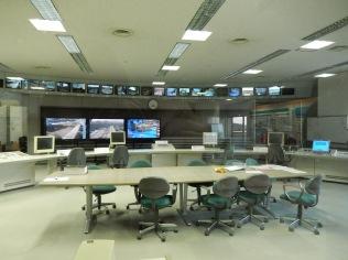 Kommandozentrale. Hier wird kontrolliert, ob die Pumpen in der Anlage richtig funktionieren. Der Raum wurde auch als Filmkulisse benutzt. Beispielsweise für einen Teil von Kamen Rider.