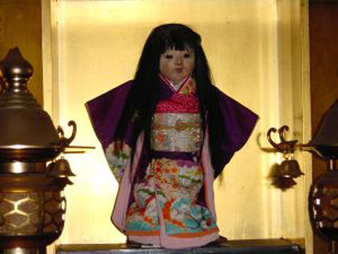 Neben der Geistergeschichte gibt außerdem noch eine merkwürdige Geschichte über eine Puppe, deren Besitzerin Okiku hieß ...