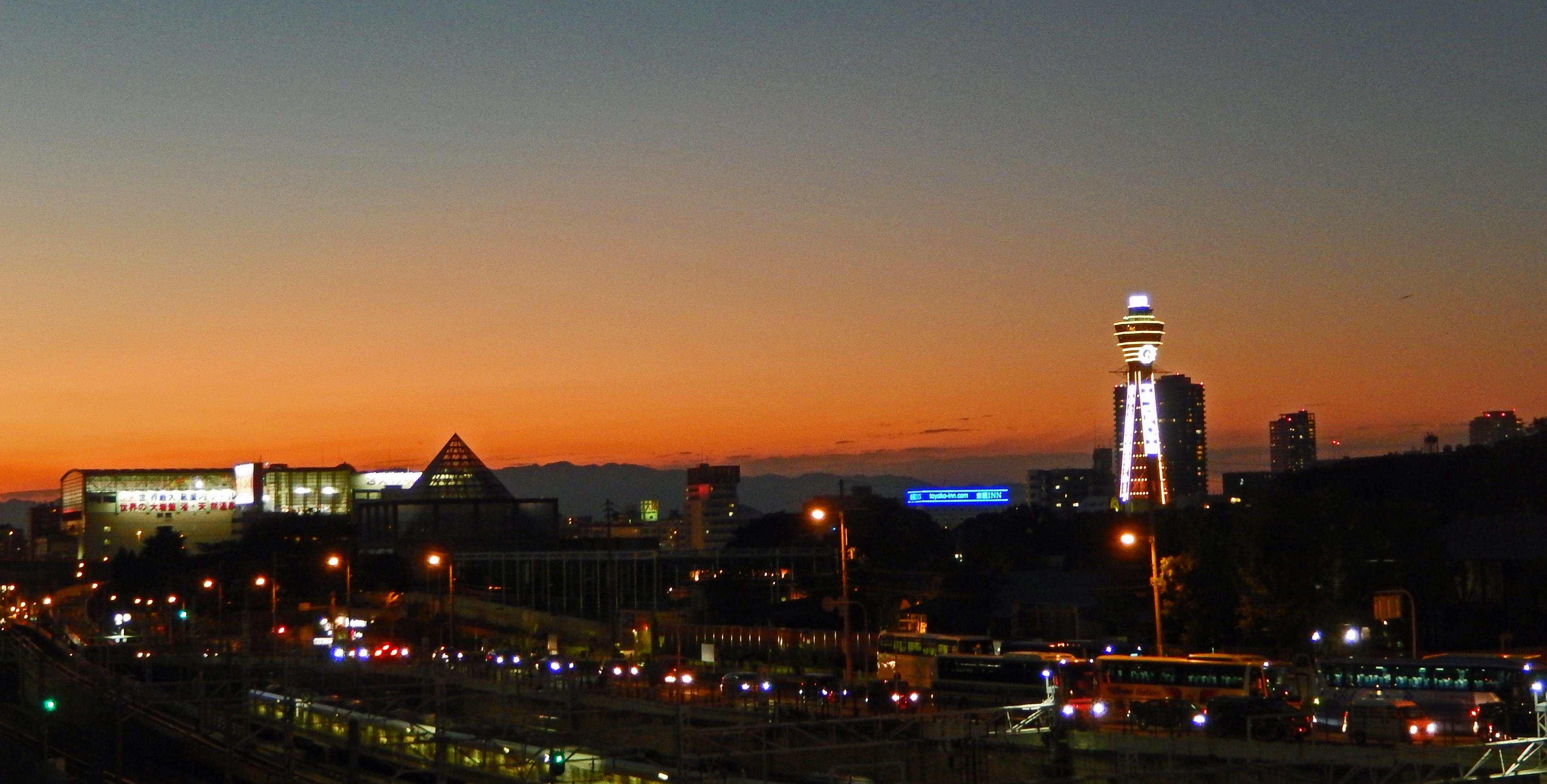 Sonnuntergang in Tennoji mit Blick auf den Hitachi-Turm in Osaka.